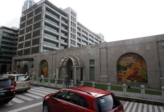 フィリピンにあるアジア開発銀行本部の外観【2011年12月撮影】