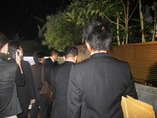 インサイダー事件の容疑者宅に入る東京地検の係官ら【2009年10月撮影】