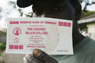 ジンバブエで発行された5億ジンバブエ・ドル札。価値は200円ほど。現在は発行されていない【2008年5月撮影】