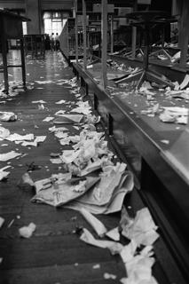 立会場があったころ、大引け後の東京証券取引所には伝票や新聞紙などのくずが山になっていた(東京・中央区日本橋兜町)【1996年5月撮影】