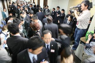 決算発表がピークを迎え、企業関係者らで混雑する東京証券取引所内の兜倶楽部(東京・日本橋兜町)【2010年3月撮影】