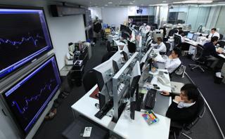 外国為替取引を行う金融先物取引業者のディーリングルーム(東京・港区)【2011年10月撮影】