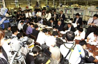 多くの報道陣に囲まれ、決算発表する大手銀行首脳(東京・日本橋本石町の金融記者クラブ)【2002年5月撮影】