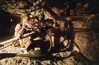 南アフリカの金鉱山で働く労働者【1987年8月撮影】