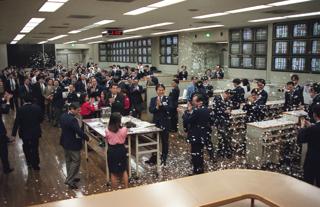 東京証券取引所の債権売買立会場での最後の取引が終わり、紙吹雪で別れを惜しむ関係者(東京・中央区日本橋兜町)【1998年2月】