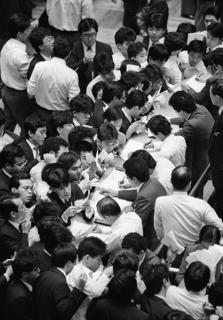 ニューヨーク株式市場の大暴落で、売り一色で殺気立つ東京証券取引所内(東京・日本橋兜町の東京証券取引所)【1987年10月撮影】