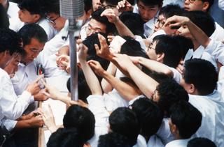 東京証券取引所の立会場で売買に殺到する証券関係者(東京・日本橋兜町)【1989年9月撮影】