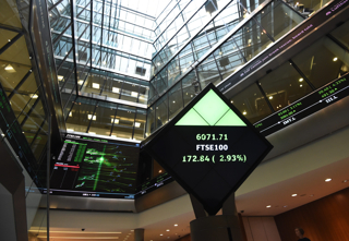 FT100指数を表示するロンドン証券取引所内のディスプレイ(イギリス・ロンドン)【2015年8月撮影】
