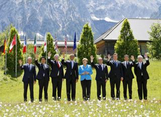 先進7カ国(G7)首脳会議(サミット)で、記念撮影に納まる各国首脳(ドイツ・エルマウ)【2015年6月撮影】