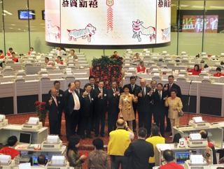 """旧正月明けの""""新年初取引""""に当たって、フロアで乾杯する香港株式市場の幹部たち【2007年2月撮影】"""