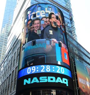ニューヨークにあるナスダック市場の建物の大型画面【2012年5月撮影】