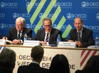 経済協力開発機構(OECD)閣僚会合の会場で記者会見する米通商代表部(USTR)代表(パリ)【2014年5月撮影】