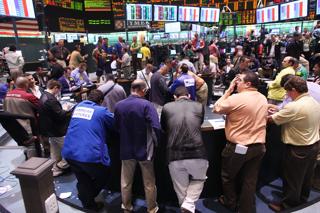 ニューヨーク商業取引所(NYMEX)で原油・燃料油先物の取引に当たるトレーダーたち【2009年6月撮影】