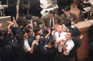 東京証券取引所の立会取引風景(東京・日本橋兜町の東京証券取所)【1994年1月撮影】