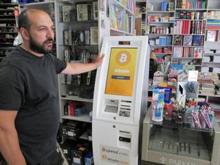アテネ市郊外の文房具店に設置されたギリシャ初のビットコイン現金自動預払機(ATM)【2015年7月撮影】