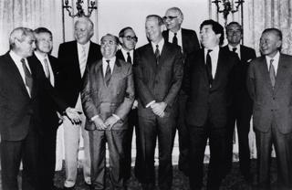 ニューヨークのプラザホテルで記念撮影する米、英、西独、仏、日本の各国蔵相と中央銀行代表ら【1985年9月撮影】