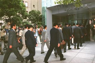 粉飾決算事件で家宅捜索に入る東京地検特捜部の係官ら(東京・内幸町)【1999年6月撮影】