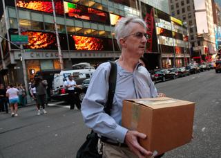 米証券大手リーマン・ブラザーズの経営破綻(はたん)を受け、荷物をまとめ運び出す同社社員(米ニューヨーク)【2008年9月撮影】